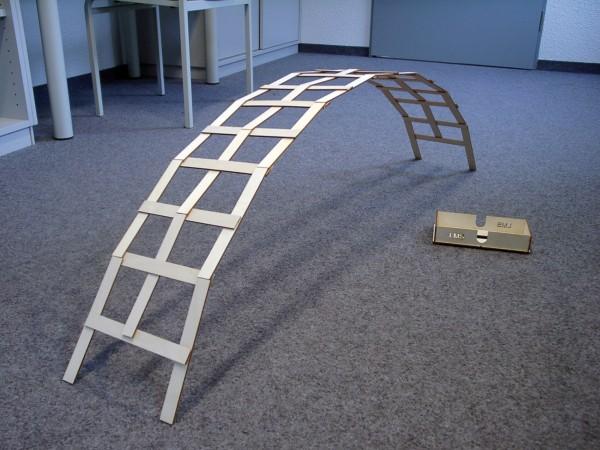 Leonardo Brücke aus Holz mit Aufbe-